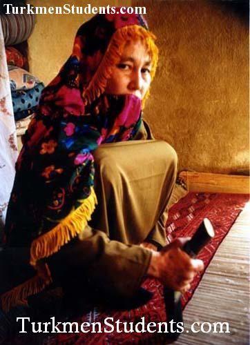 زن ترکمن در حال قالی بافی
