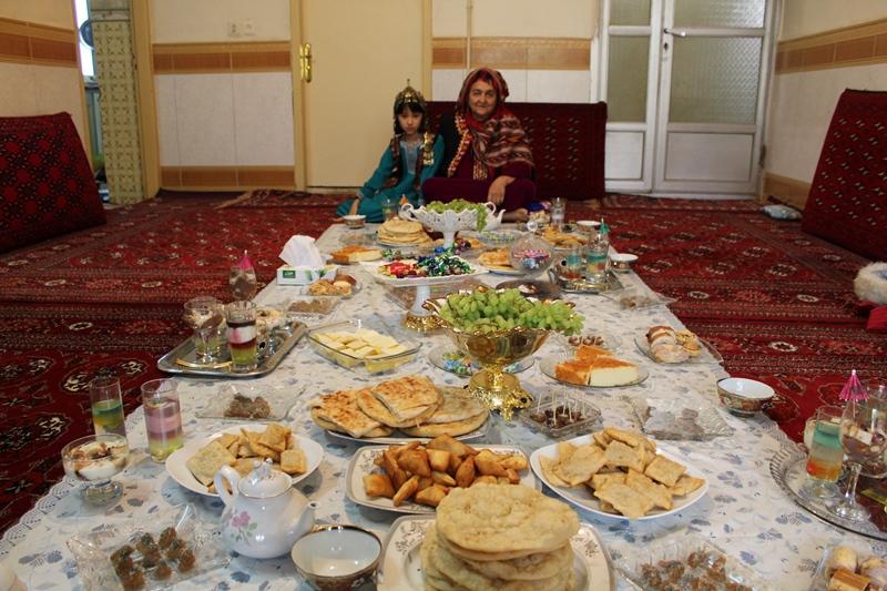 پخت شیرینی مخصوص عید فطر توسط زنان ترکمن / گزارش تصویری