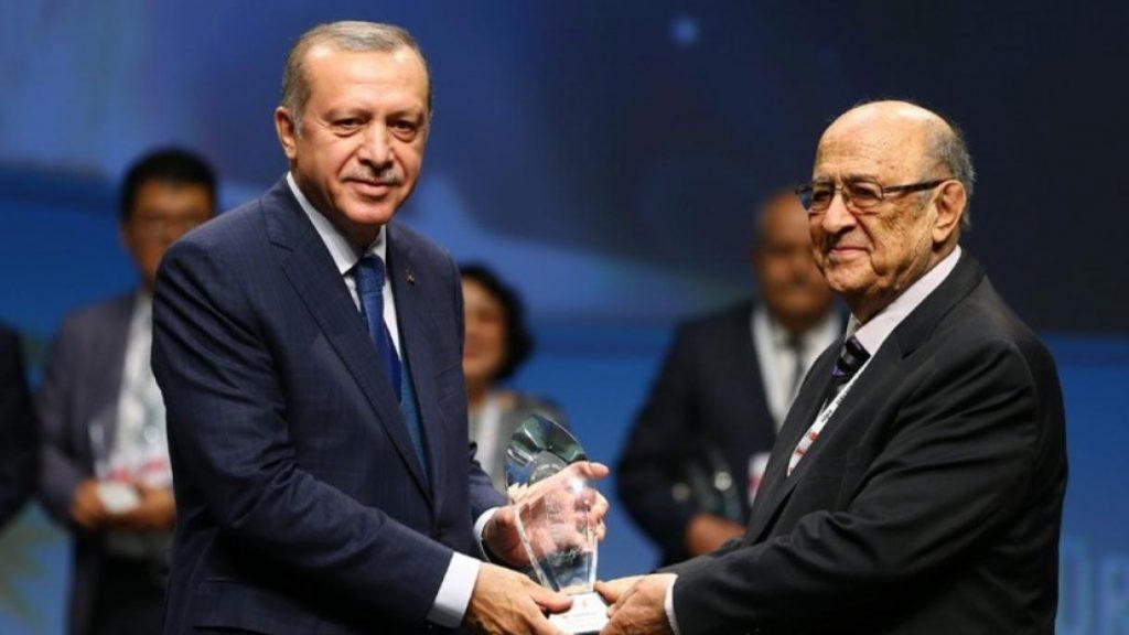 اعطای نشان خدمت والای ترکی پژوهی به پروفسور دکتر یوسف آزمون